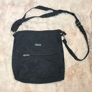 Baggallini black cross body purse with pockets